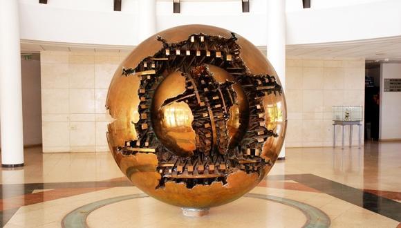 """""""ספירה"""" - פסלו של ארנלדו פומודורו, באולם הכניסה לבניין הסנאט, תרומת ג'וליה ובנימינו מתתיה, איטליה"""